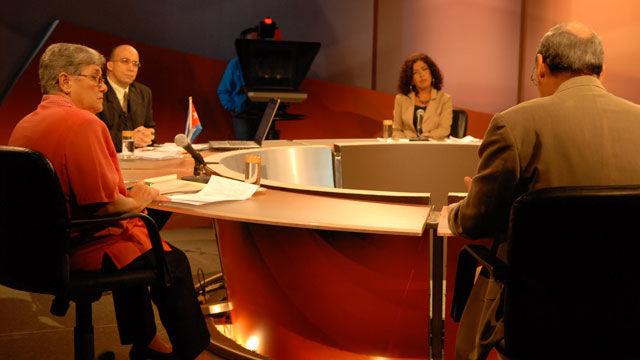 Marina Menéndez, Randy Alonso, Nidia Díaz y Renato Recio (de espaldas) durante la transmisión de la Mesa Redonda de este 24 de noviembre de 2009.