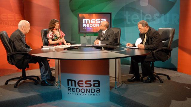 Los panelistas Eva Golinger, Jean Guy Allard, Lazaro Barredo yel moderador Randy Alonso en la Mesa Redonda Washington contra América Latina