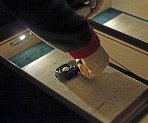 El manuscrito original en el que Einstein enunció con su letra apiñada y pequeña la teoría de la relatividad en 1915. (EFE)