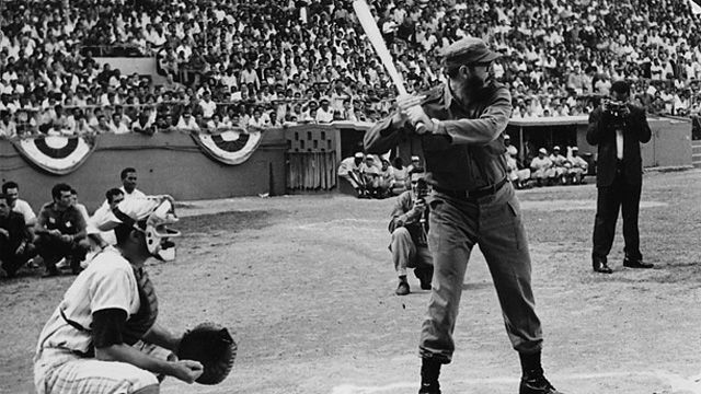 Fidel jugando beisbol en el año 1965