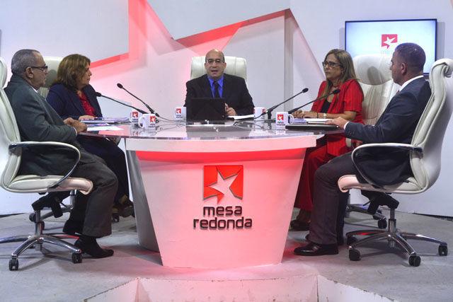 Directivos del Ministerio de Finanzas y Precios a la Mesa Redonda para informar sobre el Presupuesto del estado para el año 2018 y la Ley del Presupuesto.