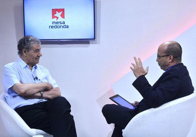 En la Mesa Redonda conversando con el periodista uruguayo Víctor Hugo Morales Pérez, quien visitó La Habana con motivo de la XXVII Feria Internacional del Libro.