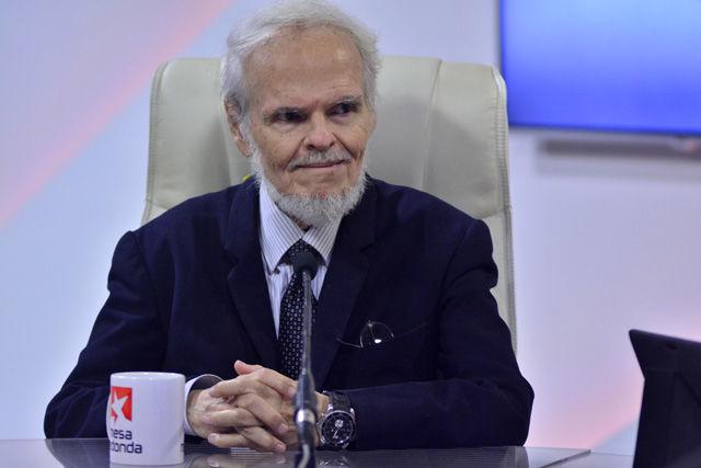 Respecto al asedio constante que vive la República Bolivariana de Venezuela el escritor venezolano, Luis Brito García, refirió que ese asedio comunicacional existe desde el exterior y desde el interior.