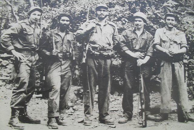 De izquierda a derecha, Raúl Castro, Juan Almeida, Fidel Castro, Ramiro Valdés y Ciro Redondo.