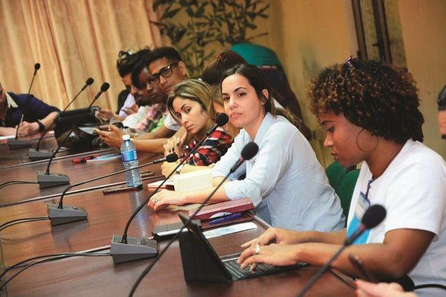 Jóvenes periodistas cubanos en su afán diario de informar al pueblo